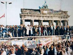 """""""The Fall of the Berlin Wall"""". 1989. Portão de Brandemburgo ao fundo."""