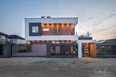 Az FM Design stúdió - Fazekas Miklós álmodta meg ezt a szép családi házat Budapest határában. Fotó: Bata Tamás Budapest, Garage Doors, Batman, Exterior, Outdoor Decor, Modern, Pictures, Home Decor, Photos