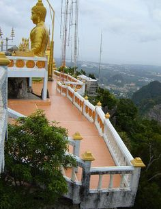 It's 'only' 1,237 steps to the top of a 260 meter high mountain peak too visit Wat Tum Sua, one of the most beautiful Buddhist temples in Thailand, in Krabi province.