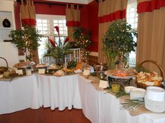Rustic buffet decoration ideas wedding table setup setting design decorating how to set elegant arrangements Buffet Set Up, Table Set Up, Buffet Ideas, Catering Buffet, Catering Display, Food Buffet, Buffet Table Settings, Buffet Tables, Dresser La Table