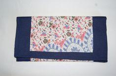 Cartera de mano azul marino con doble tela estampada y cierre de imán. Medidas aprox: 26x13cm. P.V.P: 25€.