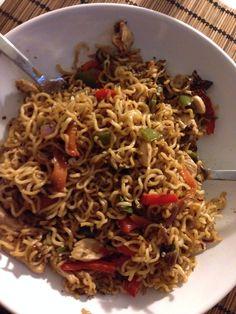 Noodles con pollo, pimiento verde, pimiento rojo, zanahoria, cebolla roja, salsa de soja y semillas #homemade #food #comida