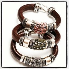 This Pin was discovered by Yan Bracelets For Men, Fashion Bracelets, Bangle Bracelets, Fashion Jewelry, Diy Leather Bracelet, Leather Jewelry, Braided Leather, Leather And Lace, Collar Diy