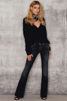 You can never have to many jeans! Daga Flair by Reign Italia comes in black and features a slim fit, regular waist and flaired legs. Style with a blouse and a pair of flats and you have the everyday uniform ready.