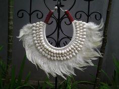 Collier de Papouasie Warrior Native avec plumes blanches et obus ronds et et perles rouges.