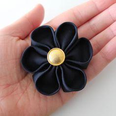 Une jolie fleur kanzashi à personnaliser et aux multiples usages!