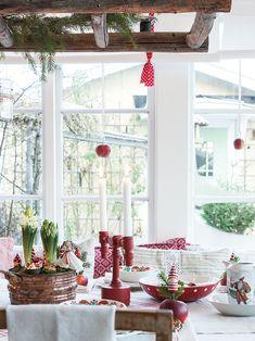 Eine hübsche farbenfrohe Tischdecke zu Weihnachten, im klassischen Rot.