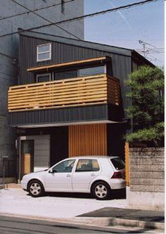 濃いグレー色の片流れ屋根の家(『石川町の家』狭小地の立地を生かした住まい)- 外観事例|SUVACO(スバコ)