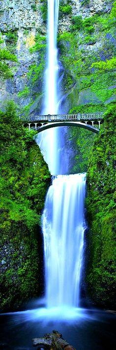 Multnomah Falls je vodopád na Oregonskej strane rieky Columbia River, ktorá sa nachádza východne od Troutdale, medzi Corbett a Dodson, pozdĺž historickej Columbia River Highway.
