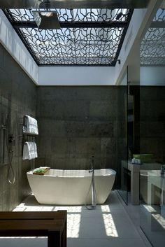 В такой ванне можно ощутить себя, как на дне морском. Серые стены напоминают скалы, а через узорчатый витраж на потолке виднеется далекое небо.