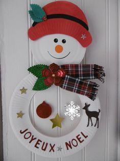 Un mobile Bonhomme de neige                                          avec des assiettes en carton