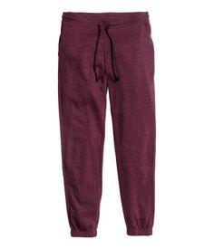Sweatpants with ultra-slim legs, elasticized drawstring waistband, and side pockets. Elastication at hems. Brushed inside.