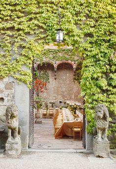 Florence Italy Wedding by Marisa Holmes Photography & Elysium - Style Me Pretty Italian Villa, Italian Courtyard, Italian Style, Italy Wedding, Greek Wedding, Florence Italy, Provence, Places To Go, Beautiful Places