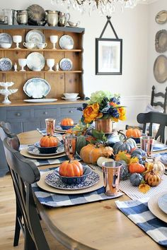 Loads of pumpkins, cozy navy hues and little hints of copper complete this Copper and Navy Fall Farmhouse Tablescape - such an easy way to style! Blue Fall Decor, Fall Home Decor, Autumn Home, Muebles Shabby Chic, Fall Table Settings, Copper Decor, Thanksgiving Tablescapes, Farmhouse Decor, Coastal Farmhouse