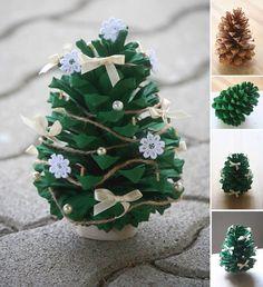 Lieve mini kerstboompjes gemaakt van denneappels, standaard is een deel toiletrolletje.