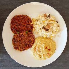 Hambúrgueres de legumes hummus (puré de grão) e arroz com cogumelos para o almoço de hoje  Bom almoço!