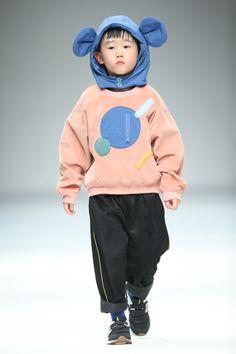19/20  AW Shanghai kidswear  Top Sweatshirt TYAKASHA 塔卡沙 #POPFashion #Catwalks #runway #style Young Fashion, Pop Fashion, Runway Fashion, Fashion Trends, Toddler Fashion, Kids Fashion, Children Sketch, Boy Photography Poses, Kids Bags