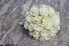 Brudebukett med bare hvite roser Bridal bouquet with only white roses