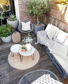 Ambiente externo com sofá de pallets 💚. Small Backyard Patio, Backyard Garden Design, Outdoor Spaces, Outdoor Living, Outdoor Decor, Small Balcony Decor, Balkon Design, Outdoor Furniture Sets, Ikea Furniture