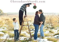 12 Christmas Picture Ideas With Mistletoe