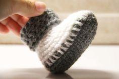 Návod na háčkované bačkorky (pro miminko) Baby Born, Christmas Tree Ornaments, Slippers, Wool, Crochet, Handmade, Minecraft, Shawl, Relax