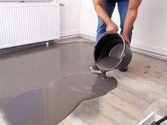 Ein dünner Fließestrich macht alle Böden eben – sogar einen schiefen Dielenboden! Wir zeigen Ihnen wie Sie einen Dielenboden ausgleichen.