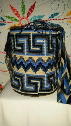 Realizamos envios internacionales. Llamanos o escribenos al +57 3012412266, desde Riohacha (La Guajira). Precios super economicos Tapestry Crochet Patterns, Crotchet Patterns, Stitch Patterns, Mochila Crochet, Tapestry Bag, Boho Bags, Knitted Bags, Crochet Accessories, Knitting