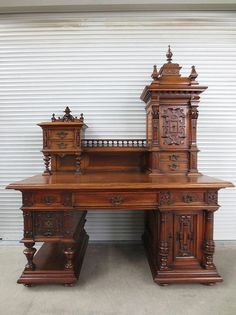 The latest classic carved office desk- Meja kantor ukir klasik terbaru The latest classic carved office desk -