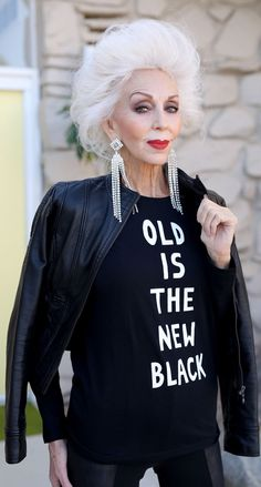 Aging gracefully, timeless beauty, older women, fashion over mature . Fashion Over 50, Look Fashion, 80s Fashion, Street Fashion, Womens Fashion, Estilo Hippie, Lady, Advanced Style, Ageless Beauty