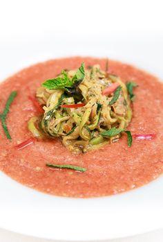 Geeiste Gazpacho mit Zucchini-Nudeln und Pesto Rosso mit Minze