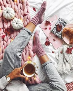 Fall flatlay with oversized knit blanket. Autumn Aesthetic, Pink Aesthetic, Flat Lay Photography, Lifestyle Photography, Coffee Photography, Winter Photography, Socks Outfit, Flat Lay Inspiration, Fotografia Tutorial