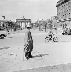 Berlin 1942 Pariserplatz und Brandenburger Tor | ^ 280° < ~ fi fm? znam msg ? > https://de.pinterest.com/waldemar_domans/berlin/
