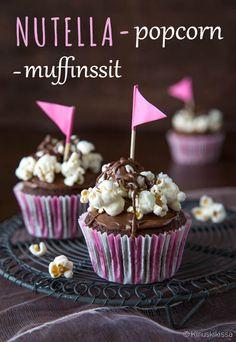 Näissä super-muffinsseissa ei pihistellä raaka-aineissa: taikina on tumman suklainen, kuorrutteessa suolaiset popcornit yhdistyvät Nutella-levitteeseen. Popcorn, A Food, Good Food, Food And Drink, Cupcake Heaven, Nutella, Mini Muffins, Weeknight Meals, No Bake Cake