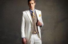 Contraste do colete com o terno.