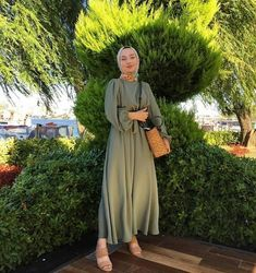 Modest fashion You can wear modest clothes and you can still be very fashionable, There are so many styles That you can rock. Hijab Fashion Summer, Modern Hijab Fashion, Hijab Fashion Inspiration, Islamic Fashion, Muslim Fashion, Modest Fashion, Modest Outfits Muslim, India Fashion, Paris Fashion