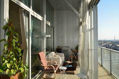 Transformación de un bloque de viviendas, Torre Bois le Prêtre por Druot y Lacaton & Vassal. Planta 16, vivienda duplex de dos habitaciones, jardín de invierno y balcón. Fotografía © Frédéric Druot Architecture. Señala encima de la imagen para verla más grande.