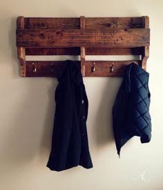 Porte manteau mural / Palette de bois / Étagère par AmorFatiArtisan
