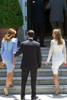 http://www.fashionassistance.net/2014/06/dna-letizia-y-angelica-rivera-se-repite.htmlFashion Assistance: Dña. Letizia y Angelica Rivera, se repite la famosa foto de la Princesa con Carla Bruni