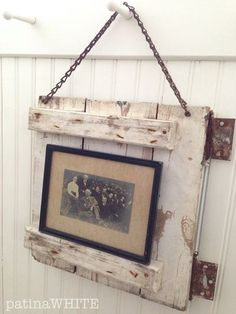 New Picture Frame Wall Decor Ideas Door Picture Frame, Pallet Picture Frames, Unique Picture Frames, Picture Frame Crafts, Frame Wall Decor, Frames On Wall, Picture Frame Inspiration, Salvaged Decor, Rustic Decor