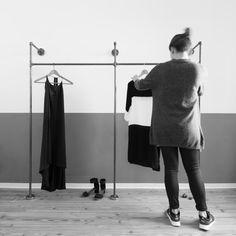 Van stalen buis met liefde handgemaakt dubbele kleding rek of frame voor open kast met de opslag van de bovenste plank. Smeedbaar gietijzer flenzen worden gebruikt voor wandmontage en als voeten. Om op te hangen uw kleding en accessoires met riemen of haken. Heeft ruimte voor platte kisten, kratten en schoenen onder de kleren.  De hanger bestaat uit een ½ van inch (2.1 cm) gelaste stalen buizen (verwarming of waterpijp), zwart of zilver gegalvaniseerd. Hierdoor ontstaat een zeer subtiele…