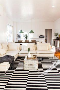canapé béige, tapis à rayures et canapé beige d'angle