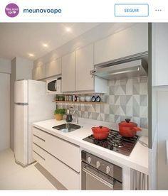 NEUTRO | Cozinha bela em tons claros, a sensação de limpeza deste ambiente é evidente, e os ladrilhos geométricos são um charme sutil porem muito cativantes. E toda esta clareza dá espaço pra uso de utensílios cheios de cor que ganham destaque na cozinha.