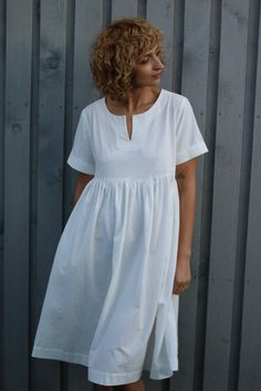 Oversize body with short folded sleeves, notch detail in the neckline, hand gathered skirt, hidden pockets in side seams of the skirt, body length 110 cm or Linen Dresses, Modest Dresses, Cotton Dresses, Short Dresses, Safari Chic, Sunday Outfits, Gathered Skirt, Dress Patterns, Beautiful Outfits