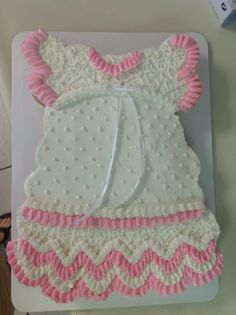 This adorable baby dress pull-apart cupcake cake would be perfect for a baby shower welcoming a little lady! Cupcakes Para Baby Shower, Idee Baby Shower, Cute Cupcakes, Girl Shower, Shower Cakes, Pull Apart Cupcake Cake, Pull Apart Cake, Cupcake Torte, Cake Pops