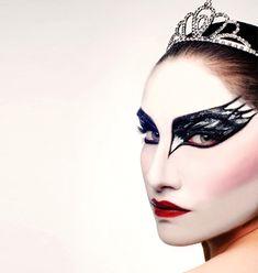Saca las bailarinas y el tutú y luce un #maquillaje sofisticado como Natalie Portman en Cisne Negro con este diseño: la cara blanca con las alas en negro.