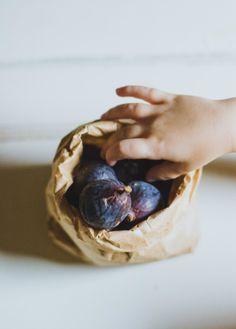(vía The Vanilla Bean Blog | no-churn fig coffee ice cream with cacao nibs)