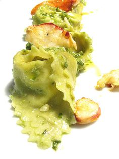 Pasta al pistacchio con ricotta, astice e pesto / pistachio ravioli with ricotta, lobster and pesto