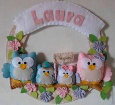 Guirlanda Corujinhas Felt Crafts, Fabric Crafts, Diy And Crafts, Knitted Owl, Owl Fabric, Felt Wreath, Owl Patterns, Felt Christmas Ornaments, Fused Glass Art