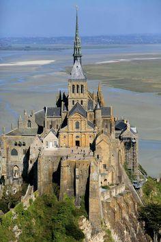 Mont Saint Michel France, Le Mont St Michel, Beautiful Castles, Beautiful World, Beautiful Places, Medieval Castle, Kirchen, France Travel, Amazing Architecture