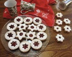 Linzer βιεννέζικα μπισκότα Cookies, Desserts, Food, Crack Crackers, Tailgate Desserts, Deserts, Biscuits, Cookie Recipes, Meals